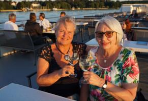 Edith Peter und Gabriele Skiba bei der abendlichen Dinerfahrt auf dem Jungfernsee.